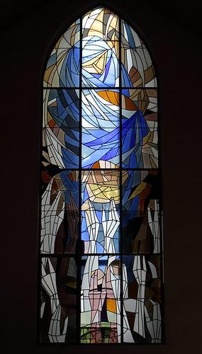 Tangerhütte, Kirche St. Elisabeth,  Buntglasfenster über dem Haupteingang