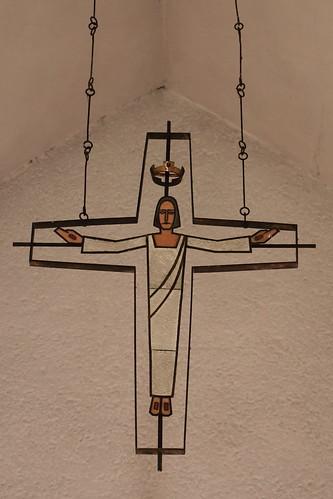 Tangerhütte, Kirche St. Elisabeth, Hängekreuz über dem Altar
