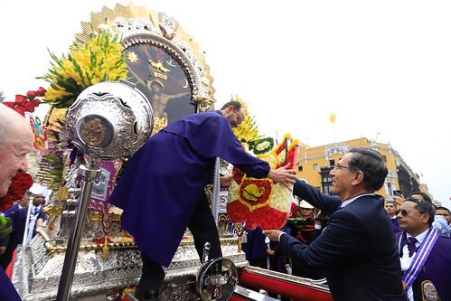 Presidente de la República recibe  visita del Señor de los Milagros en el frontis de Palacio de Gobierno.