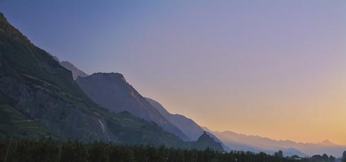 Lever de soleil sur Saillon et sa tour Bayard