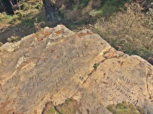 Fels, oberhalb des Unterbecken, mit Gravierungen von ca. 1835 bis 1935
