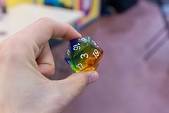 Glasiger Ikosaeder Würfel mit 20 Seiten in verschiedenen Farben