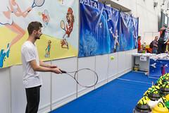 Tennis Trainer Demonstration mit Schläger und Ball