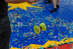 Diabolo Spielgerät wird von einem Messebesucher gespielt