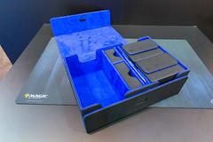 Magic Ultimate Guard blau-schwarze Spielbox auf einem schwarzen Tisch