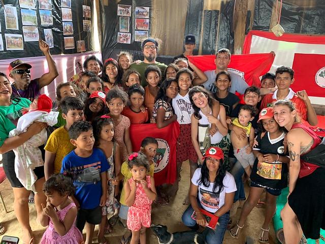 O grupo foi recebido pelas crianças do acampamento de rostos pintados, em homenagem ao trabalho dos músicos e dançarinos - Créditos: Foto: Catarina Barbosa