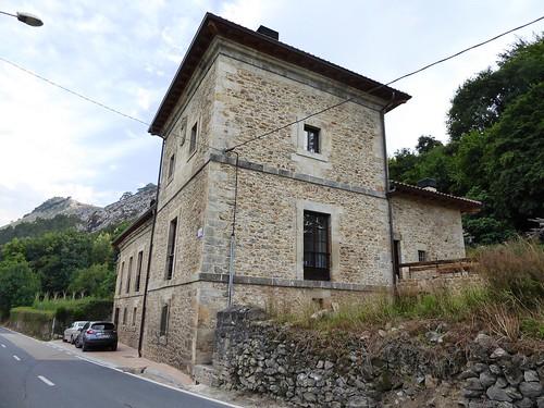 Santullán (Castro Urdiales-Cantabria-España), Casona solariega