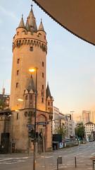 Eschenheimer Tor im Morgenlicht bei hellem Himmel