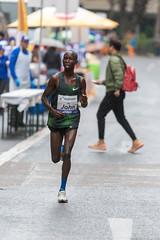 John allein im Feld beim Frankfurt Marathon im Regen