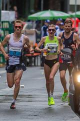 ASICS front runner Katharina Steinruck umgeben von männlichen Athleten beim Frankfurt Marathon und knackt ihre Bestzeit