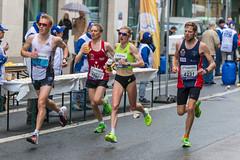Katharina Steinruck umgeben von drei männlichen Athleten passieren die Verpflegungsstation