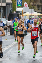 Hanna Lindholm surrounded by male athletes at Frankfurt Marathon