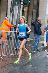 Athletin Thea Heim biegt beim Frankfurter Marathon ab