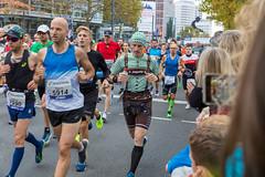 Frankfurter Marathon Läufer im Bayrischen Kostüm Lederhosen und Trachtenhemd Trikot
