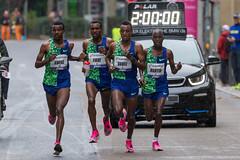 Tefera, Aweke, Dawit und Martin bei der 2 Stunden Marke beim Frankfurter Marathon