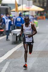 Kenyaner Keter Kenneth durchnässt auf der Strecke des Frankfurter Marathons kam als siebter ins Ziel
