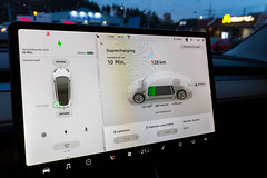Tesla Model 3 Board Computer während des Supercharging Vorgangs