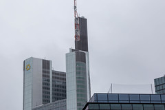 Commerzbank Tower ragt in den bewölkten Himmel in Frankfurt