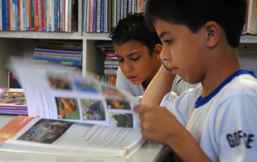 Escolarização da leitura é barreira para formação de leitores, avalia pesquisadora | Brasil de Fato