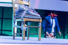 Das Hauptobjekt bei Dietmar Dahmens Bühnenshow ein Stuhl mit Kissen und Klebeband