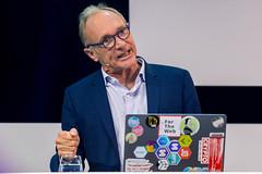 Tim Berners-Lee ballt die Faust auf der Digital X in Köln