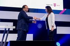 Der Geschäftsführer Geschäftskunden bei der Deutsche Telekom, Hagen Rickmann, begrüßt Staatsministerin für Digitalisierung Dorothee Bär auf der Bühne des Digital X Events