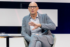 Tim Höttges erklärt auf der Bühne der Digital X seine Strategie