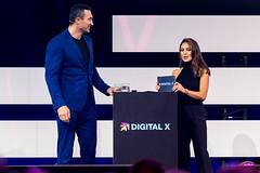 Dr. Wladimir Klitschko wird von Nazan Eckes interviewt auf der Digital X in Köln