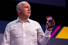 Oliver Ratzesberger von Teradata hält ein iPhone in der Hand, das eine Liste von Apple Card Transaktionen auf dem Display anzeigt