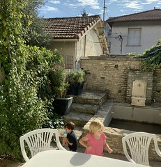 The twins play in our backyard in the French countryside - Photo of Morières-lès-Avignon