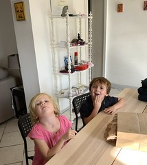 The twins eat popcorn in our dining room in France before they head to the park - Photo of Morières-lès-Avignon