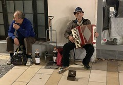 We come across an accordion player on the street in Avignon - Photo of Morières-lès-Avignon
