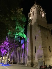 Beautiful old building in Avignon lit up at night - Photo of Morières-lès-Avignon