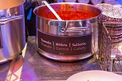Topf mit Tomaten-Möhren-Sellerie-Suppe