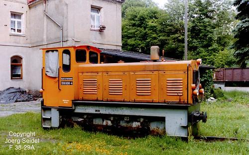 DE-09439 Wilischthal Bahnhof Deutsche Reichsbahn 750 mm Diesellokomotive 199 008 (Orange)  im Juli 1992