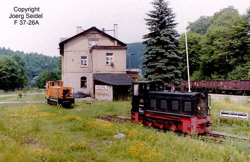 DE-09439 Wilischthal Bahnhof Deutsche Reichsbahn 750 mm Diesellokomotiven 199 008 (Orange) und 199 007 (Schwarz) im Juli 1992