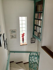 The elegant French stairs down to the first floor, complete with bookcase, in our villa in Avignon - Photo of Morières-lès-Avignon