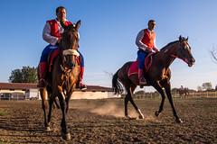 Serbische Ritter reiten ihre Pferde warm für den Wettbewerb. Ljubičevske konjičke igare 2019