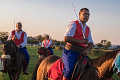 Reiter bei Ritterkämpfen mit Säbeln in Händen