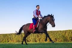 Mann in serbischer Rittertracht zu Pferd