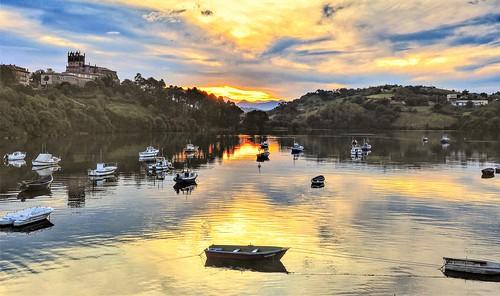 Puesta de sol en la ria de San Vicente.  Cantabria.