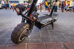 Starker E-Roller mit Aufhängung und Doppelscheinwerfern