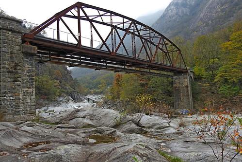 Auch unter der ehemaligen Eisenbahnbrücke sieht es interessant aus.