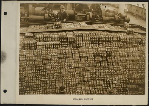 Crates of Japanese oranges on a ship / Cageots d'oranges japonaises sur un navire