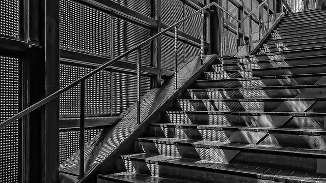 L'escalier aux grilles métalliques