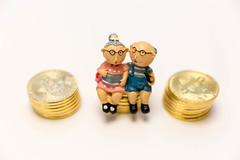Bitcoin Kryptowährung neben einem Rentnerpaar als alternative Investitionsmöglichkeit