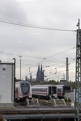 Deutsche Bahn Züge mit dem Kölner Dom in der Ferne