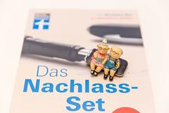 Das Nachlass Set von Finanztest der Stiftung Warentest zwei kleine Figuren eines Rentnerpärchen auf der Broschüre