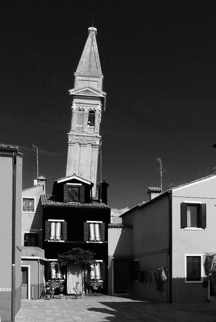 Le campanile de soir qui penche
