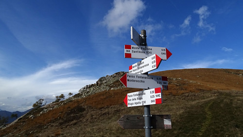 Wegweiser am Südhang des Monte Paglione